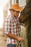 Cowboy het fluisteren paard Stock Afbeelding