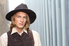 Cowboy mit einem Hut, der streng der Kamera mit Kopienraum betrachtet stockfoto