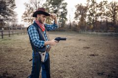 Cowboy mit Revolver, Schie?erei auf der Ranch, West stockfotos