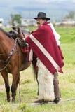 Cowboy nelle Ande dell'Ecuador nell'usura tradizionale Immagini Stock Libere da Diritti