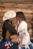 Cowboy- och indierkvinnan sitter handhakor Royaltyfri Foto