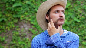 cowboy på träbakgrund stock video