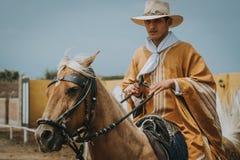 Cowboy péruvien de Morochuco sur le cheval images libres de droits