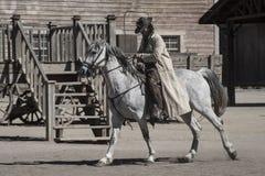Cowboy p? h?strygg med hans huvud ner royaltyfria foton