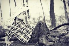 Cowboy Playing sur le tronc d'arbre images stock