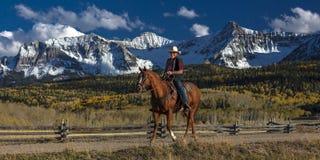 Cowboy reitet Pferd über historischer letzter Dollar-Ranch auf Hastings Lizenzfreie Stockfotografie