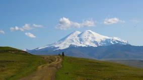 Cowboy Rider nelle montagne prima di nonte Elbrus video d archivio