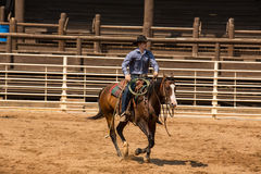Cowboy Riding His Horse i den DeadwoodSouth Dakota rodeon Royaltyfria Foton