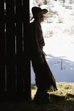 Cowboy se penchant en porte de grange Image stock