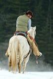 Cowboy som kontrollerar hans utrustning Royaltyfri Bild