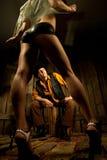 cowboy som ser stripteasenummerkvinnan Royaltyfria Foton