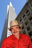 Cowboy sorridente in città Immagini Stock