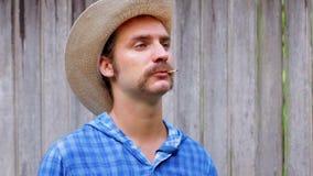 cowboy su fondo di legno stock footage