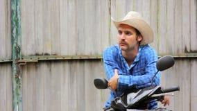 cowboy sur la motocyclette banque de vidéos