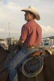 Cowboy sur le cheval avec la corde Photo stock