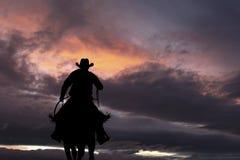 Cowboy sur un cheval photographie stock