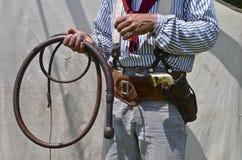 Cowboy tenant un fouet de taureau photographie stock libre de droits