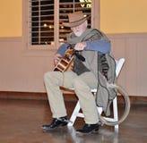 Cowboy Tuning Guitar royalty-vrije stock afbeelding