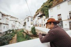cowboy visitant le pays sur un village pittoresque en Espagne Photos libres de droits