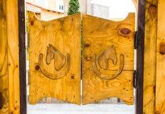 Cowboyart-Holztür Stockfoto