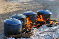 CowboyBeans sakta kokning på en säng av kol Arkivbilder