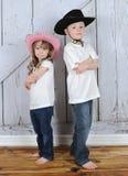 cowboycowgirlen poserar siblingsötsaken Fotografering för Bildbyråer