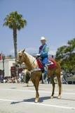Cowboyen på häst under invigningsdag ståtar ner State Street, Santa Barbara, CA, gamla spanska dagar fiestaen, Augusti 3-7, 2005 Royaltyfri Foto