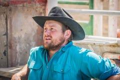 Cowboyen väntar bak banorna på Williams Lake Stampede royaltyfri bild