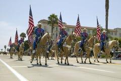 Cowboyer som marscherar med amerikanska flaggan som visas under invigningsdag, ståtar ner State Street, Santa Barbara, CA, gamla  Fotografering för Bildbyråer