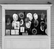 Cowboyhüte, die im Speicherfrontshop hängen Stockfoto