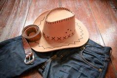 Cowboyhatt och jeans och bälte arkivbilder