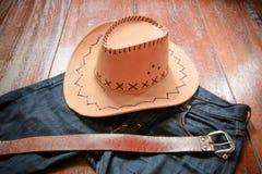 Cowboyhatt och jeans och bälte arkivfoto