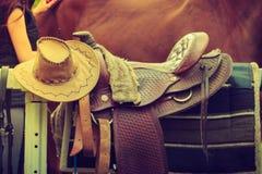 Cowboyhatt, sadel, hästkonkurrensutrustning Royaltyfria Bilder