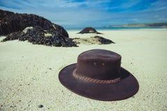 Cowboyhoed op het strand stock foto's