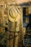 Cowboyhut auf einem Pfosten stockbild