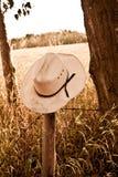 Cowboyhut auf Zaun Stockfotografie