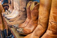 Cowboylaarzen op een plank in een gerichte opslag, close-up royalty-vrije stock foto