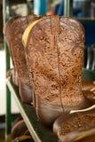 Cowboylaarzen in voorbereiding bij de fabriek Boulet in Canada stock fotografie