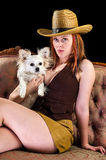 Cowboymädchen mit Welpen Lizenzfreie Stockfotografie