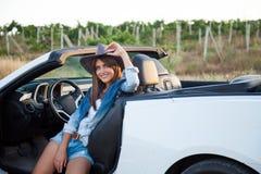 Cowboymädchenfahrer im weißen Kabriolett Lizenzfreie Stockfotografie