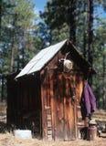cowboyouthouse arkivbilder
