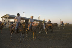 Cowboys au coucher du soleil au rodéo de PRCA Photographie stock