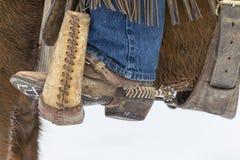 Cowboys die Paarden in de Sneeuw hoeden Stock Afbeelding