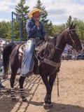 Cowboysammanträde på hästen Arkivbild