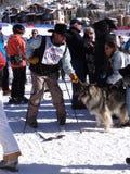 Cowboyskifahrer und ein freundlicher Hund Stockfotos