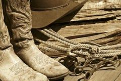 Cowboystiefel, Hut, Seil u. Bits (Sepia) Stockfoto
