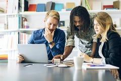 Cowerkers-Brainstorming Lizenzfreies Stockfoto
