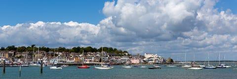 Cowes-Hafen Insel von Wight mit Booten und Panorama des blauen Himmels Stockfotografie