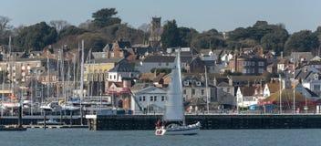 Cowes, wyspa Wight, Anglia, UK Miasteczko przegapia Rzecznego Medina zdjęcie royalty free