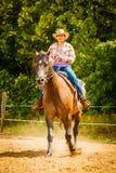 Cowgirl που κάνει την ιππασία στο λιβάδι επαρχίας Στοκ φωτογραφίες με δικαίωμα ελεύθερης χρήσης